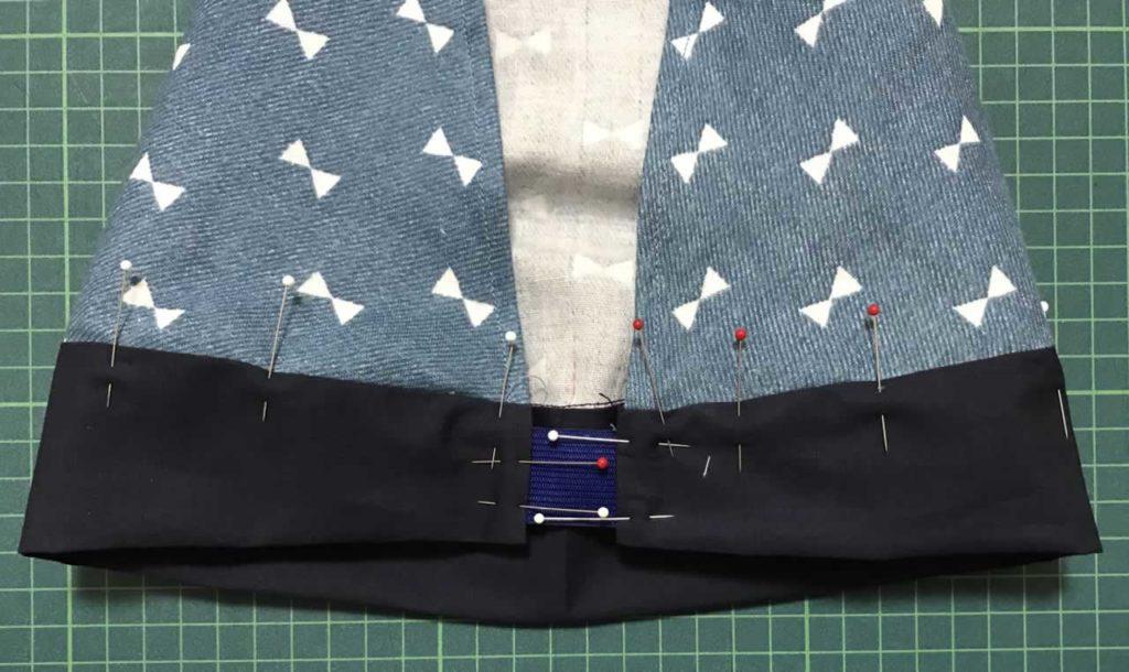 縫いしろを折り待ち針で留める